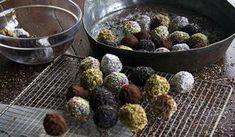 Σε ένα κατσαρολάκι σε χαμηλή φωτιά αδειάζουμε το ζαχαρούχο, προσθέτουμε το βούτυρο και ζεσταίνουμε σε μέτρια φωτιά. Ανακατεύουμε με μία σπάτουλα μέχρι να λιώσει το βούτυρο ...