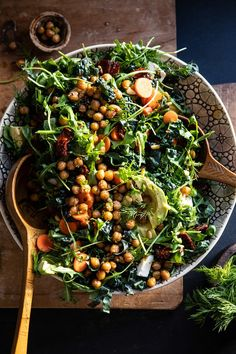 Super Green Sun-Dried Tomato Herb Salad with Crispy Chickpeas. , Super Green Sun-Dried Tomato Herb Salad with Crispy Chickpeas. Whole Food Recipes, Cooking Recipes, Herb Salad, Tomato Salad, Salad Box, Vegetarian Recipes, Healthy Recipes, Simple Salad Recipes, Kale Recipes