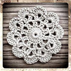 2 řo (jako náhrada za ds) a 19 ds opět spojíme po Crochet Circles, Crochet Mandala, Crochet Poncho, Crochet Granny, Crochet Motif, Diy Crochet, Crochet Designs, Knitting Patterns, Crochet Patterns