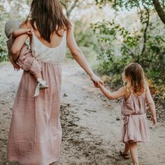 Mommy and Me outfits. Look Fashion, Kids Fashion, Fashion Fall, Fashion Trends, Fashion Design, Jolie Photo, Boho Baby, Mother And Child, Mommy And Me