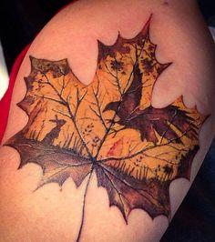 Tatouage d'une feuille d'érable aux couleurs de l'automne