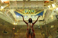 au coeur de la montagne, dans des couloirs étroits couverts de signes étranges, pour découvrir derrière des passages secrets une série de temples extraordinaires cachés à plus de 30 mètres sous terre.