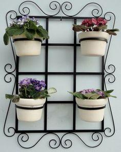 Treliça para vaso jardim vertical medidas: 45x60 cm .  Ideal para flores e horta vertical.  Acompanham 04 argolas móveis.  Feita de ferro com pintura eletrostática.  Produto 100% artesanal.  Vasos e flores não acompanham o produto.  Frete não incluso