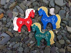 De petits chevaux  pour votre sapin. Christmas Ornaments, Logos, Holiday Decor, Home Decor, Art, Fir Tree, Art Background, Decoration Home, Room Decor