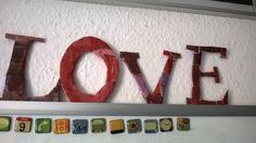 Love is in the air 😊 Einfach aus einem bisschen festeren Karton die Buchstaben ausschneiden, aus Werbungen oder Zeitschriften die gewünschte(n) Farbe(n) ausschneiden und draufkleben.