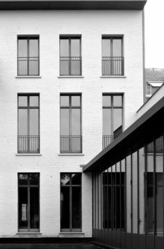 Wit huis + zwarte ramen