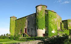 Chateau de Villarlong - königlicher Urlaub in Flipflops. Das Schloss ist weder rosa noch glitzert es. Kleine enttäuschte Mädchen werden jedoch entschädigt durch blaue Schafen, den Pool und den Abenteuerspielplatz Schloss.
