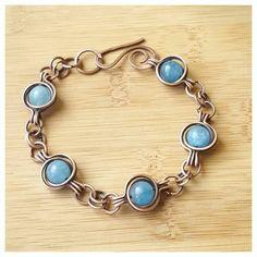 Eindeutige Draht Edelstein Armband handgefertigt mit Kupferdraht und mit herrlichem blauen Angelite Halbedelsteine Edelsteine.  Dieses wunderschöne Angelite Armband ist komplett handgefertigt und von hand geformt. Die Stones sind sicher in den Kupferdraht eingesperrt und das Armband endet mit einem handgefertigten, gehämmert Verschluss. Dieses Armband wie alle meine Schmuckstücke Draht gewickelt ist antik und poliert für einen gealterten, Boho-Look. Ich behandle alle meine Schmuckstücke mit…