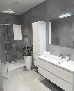 white bathroom Bad F - bathroomdecoration Bathroom Design Luxury, Modern Bathroom Design, Bathroom Layout, Small Bathroom, Bathroom Ideas, Bathroom Trends, Shower Ideas, Grey Bathrooms Designs, Remodled Bathrooms