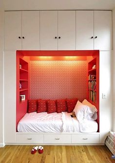 Bedroom - couch - librarie - red