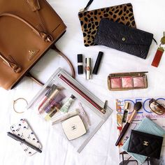 Beauty travel essentials: Little life savers for long journeys! Source by Bags street What In My Bag, What's In Your Bag, Cute Purses, Purses And Bags, Moda Do Momento, Inside My Bag, Purse Essentials, Travel Essentials, What's In My Purse