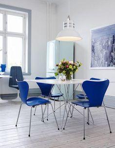 Vierkante tafel, blauwe stoelen.