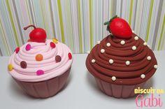 Cupcake feito em biscuit, cores e modelo personalizáveis.