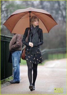 Meia-calça + oxfords + meia calça jeans + cachecol (tudo preto). Bolsa e sombrinha marrons.