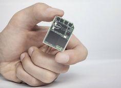 Orientado a la tecnología wearable, el diminuto ordenador emplea un procesador Quark de doble núcleo e integra Wi-Fi y Bluetooth