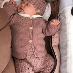 Baby Sweater Knitting Pattern, Baby Knitting Patterns, Knitted Baby Clothes, Cute Baby Clothes, Baby Sweaters, Girls Sweaters, Toddler Outfits, Kids Outfits, Baby Barn