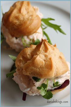 Smoked salmon mousse water trays - Danish Things- Vandbakkelser med laksemousse af røget laks – Danish Things Smoked salmon mousse water trays are delicious … - Bagel Bar, Tapas Recipes, Cooking Recipes, Smoked Salmon Mousse, Fingerfood Party, Danish Food, Appetisers, Salmon Recipes, Food For Thought