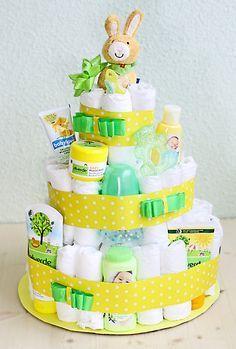 Die Windeltorte wird mit Babyprodukten dekoriert.