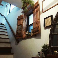 賃貸マンションなどに住んでいる方は、「せっかく部屋の中を好きなインテリアにしても、窓枠がアルミのサッシだと台無し…」と思っている方…