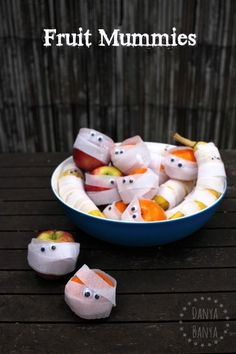 Fruit Mummies - cute Halloween craft idea that kids can make, which doubles as a fun, healthy spooky snack! Halloween Theme Preschool, Halloween Themed Food, Halloween Treats For Kids, Easy Halloween Crafts, Healthy Halloween, Cute Halloween, Spooky Treats, Preschool Snacks, Halloween Carnival