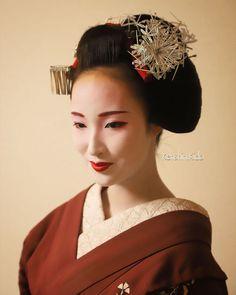 Fleurs Kanzashi, Memoirs Of A Geisha, Japanese Hairstyle, Hair Ornaments, Japanese Culture, Asian Style, Traditional Dresses, Kyoto, Hair Styles
