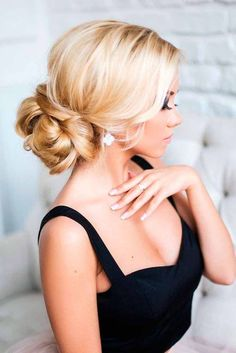 For a look that's both formal and informal, try Cate Blanchett's pretty French twist.This sparkly flower pin placed right at the top enhances Felicity Huffman's sweet and simple bun. Discover more: updo hairstyles easy, for medium hair, for prom