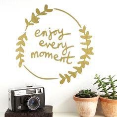 Muursticker | enjoy every momentMooie muursticker voor op een spiegel of muur.Verkrijgbaar in de kleuren zwart, goud en zilver.Materiaal: zelfklevend vinylAfmeting: 11.5 x 12.5 cmMerk: Kutuu