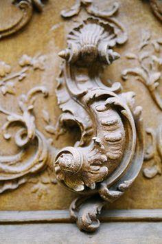 enuwy photography     Sculpture en bois de porte, 2006     Paris, France