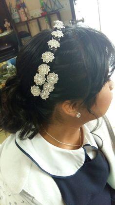 Trenza con tocado. Flores en color plata en el cabello. Coleta con rizos.  Por DaliMulChic.