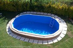 Piscina Olvalada Gre Semienterrada (Serie Bora Bora, Ref. KITPROV503). Medidas: 500x300x120cm. Tras construir y enterrar la piscina a mitad altura, se ha levantado un muro que bordea toda la piscina. Posteriormente se le ha añadido una acera con baldosas blancas dejadas caer sobre el césped, que le aportan un contraste estupendo. Un buen trabajo! Foto: Jose Manuel Couto.