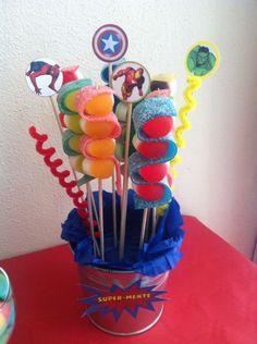 Detalle de las brochetas en el buffet de golosinas para el Cumpleaños de Dani (Superhéroes) elaborado en UNO:DOCE