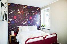 Jokainen huone on viimeistelty kerroksen teemaan sopivalla tapetilla. Bed, Furniture, Home Decor, Decoration Home, Stream Bed, Room Decor, Home Furnishings, Beds, Home Interior Design
