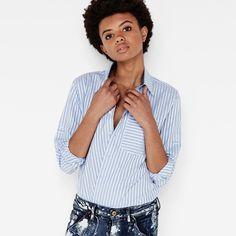 Cette chemise ample réconcilie décontraction et élégance en associant une coupe boyfriend décontractée à un col étroit et moderne et une poche surdimensi...