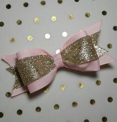 Oro y rosa arcos, princesa partido, apoyo de foto, cinta, arcos de brillo real… Glitter Ribbon, Diy Ribbon, Diy Bow, Pink Gold Birthday, 1st Birthday Girls, Baby Bows, Baby Headbands, Gold Hair, Boutique Bows
