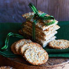 Knäckebröd som är sprängfyllt med nyttigheter. Snack Recipes, Snacks, Bread Baking, Grains, Muffin, Cookies, Holiday Decor, Breakfast, Sweet