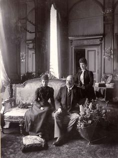 Empress Maria Feodorovna with her sister Queen Alexandra and Edward VII