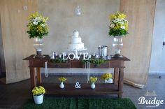 Mesa de bolo para casamento rústico, feita pela equipe de decoração da Bridge Cerimonial