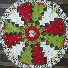 Vintage granny square christmas tree free crochet pattern v Crochet Cross, Thread Crochet, Crochet Doilies, Crochet Flowers, Crochet Lace, Free Crochet, Crochet Christmas Ornaments, Holiday Crochet, Halloween Crochet