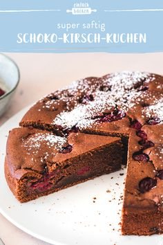 With this chocolate cherry cake recipe, you can conjure up a super juicy cake - this is ensured by dark chocolate, sour cream and fruity cherries in the batter. bake With this chocolate cherry cake recipe, you can conjure up a super juicy cake Easy Smoothie Recipes, Easy Cake Recipes, Baking Recipes, Cupcake Recipes, Cherry Cake Recipe, Chocolate Cherry Cake, Baking Chocolate, Pumpkin Spice Cupcakes, Food Cakes