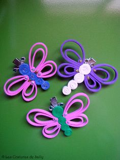 Hevillas para el pelo con mariposas realizadas en goma eva y con las antenas de alambre.