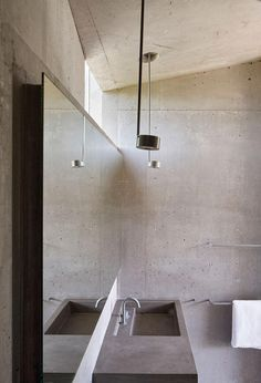 Mork-Ulnes Architects' concrete retreat in California is equipped for climate change Mold In Bathroom, Concrete Bathroom, Small Bathroom, Bathrooms, Concrete Houses, Concrete Building, Concrete Interiors, Contemporary Shower, Concrete Architecture