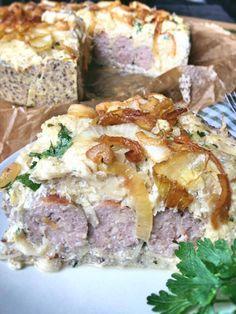 Low Carb Bratwurst-Torte mit Sauerkraut in Mürbeteig Ein Tortenstück mit Petersilie