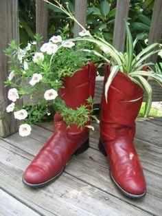 idée jardin de pots de fleurs de vieilles chaussures avec pétunias