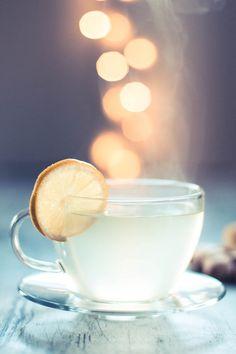 Zutaten: 20 g frischer Ingwer, Zitronensaft und Honig. Zubereitung: Den Ingwer schälen und in dünne Scheiben schneiden. In einen Topf ein Liter Wasser geben