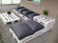 Outdoor Furniture Pallet Outdoor Pallet Seating Ideas - 13 ideas to inspire you to create amazing outdoor seating from old pallets. From the bright and colourful to the simple and rustic, it's all here. Outdoor Pallet Seating, Pallet Lounge, Backyard Seating, Outdoor Lounge, Outdoor Couch, Backyard Ideas, Pallet Sectional, Patio Ideas, Pallet Bar