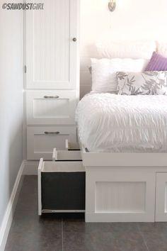 Vous pouvez ranger et stocker beaucoup de choses sous votre lit, et personne ne saura jamais que c'est là ! Utilisez des bacs de rangement ou des tiroirs intégrés pour organiser vos affaires sous le lit.