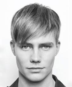 Peinados de hombre con pelo liso y flequillo a un lado