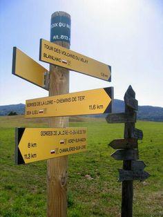 Panneau de direction des randonnées à faire proche du gîte La Polonie http://gite-la-polonie.fr/randonnees-pedestres-haute-loire/ à Rosières en Haute-Loire, Auvergne