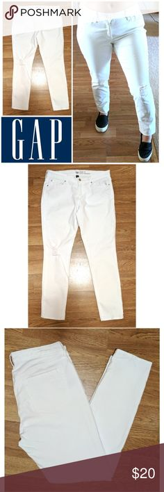 "Skinny fit Ripped Knee Gap white jeans These gorgeous Gap skinny fit jeans are perfect for dressing on any occasion! White cotton blend denim wash with 2% spandex for stretch fit. Traditional 5 pocket style, decorative right knee rip. Skinny fit Coupe moulante. Size 30/10r, 30"" inseam. Dress up or down with sneakers and tees, boots and blouses... Possibilities are endless! In EXCELLENT condition NO DAMAGES. Grab yours for less and look great in Gap! GAP Jeans"