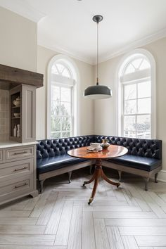 Banquette with tufted leather and a round table